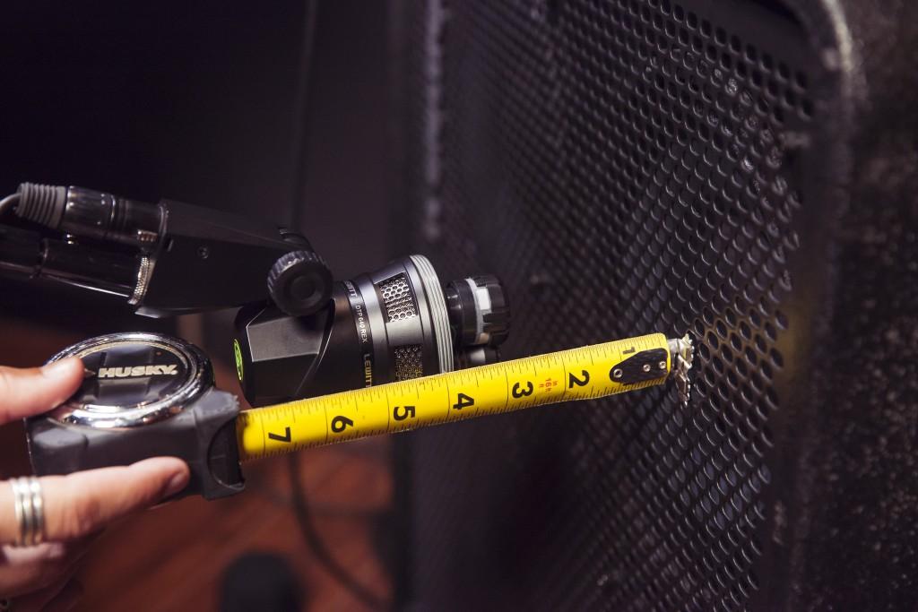 Diese Foto zeigt den Abstand zwischen einem DTP 640 REX und einem Bassverstärker